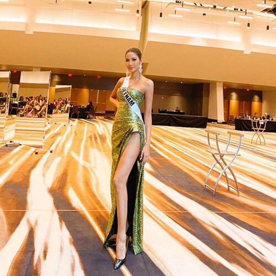 """Trang phục dạ hội """"siêu sang chảnh"""" của Hoàng Thùy được Hoa hậu Mỹ đề cập đầu tiên. Chiếc đầm vô cùng tinh tế, gợi cảm khi phô diễn được lợi thế đường cong và sự sexy từ đôi chân của Hoàng Thùy"""
