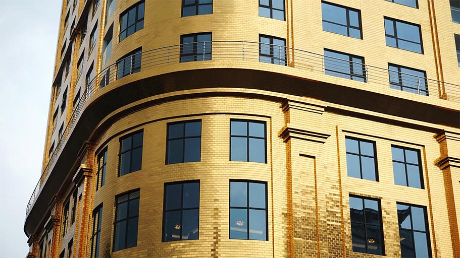 Cận cảnh phía ngoài được dát vàng của khách sạn