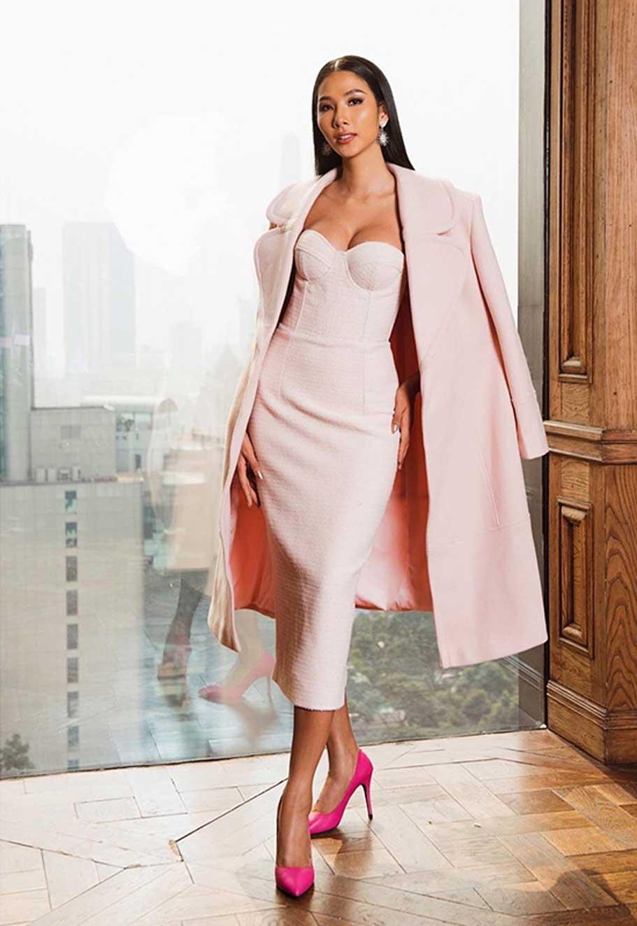 """Màu hồng Pastel làm cho Hoàng Thùy nhẹ nhàng, nữ tính hơn hẳn. Việc thay đổi liên tục hình ảnh khiến người hâm mô và các thí sinh khác không khỏi """"trầm trồ"""""""