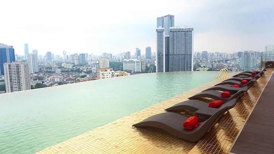 Bể bơi vô cùng giúp du khách ngắm nhìn thủ đô - Ảnh: VnExpress