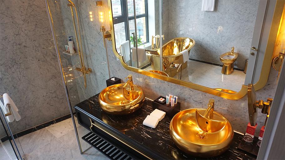 Nhà vệ sinh dát vàng như trong chuyện cổ tích - Ảnh: VnExpress