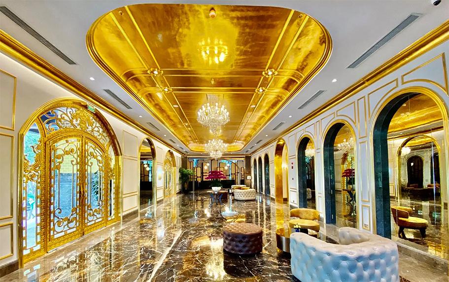 Nội thất, trang thiết bị của khách sạn đều được mạ vàng từ 18k cho đến 24k - Ảnh: VnExpress