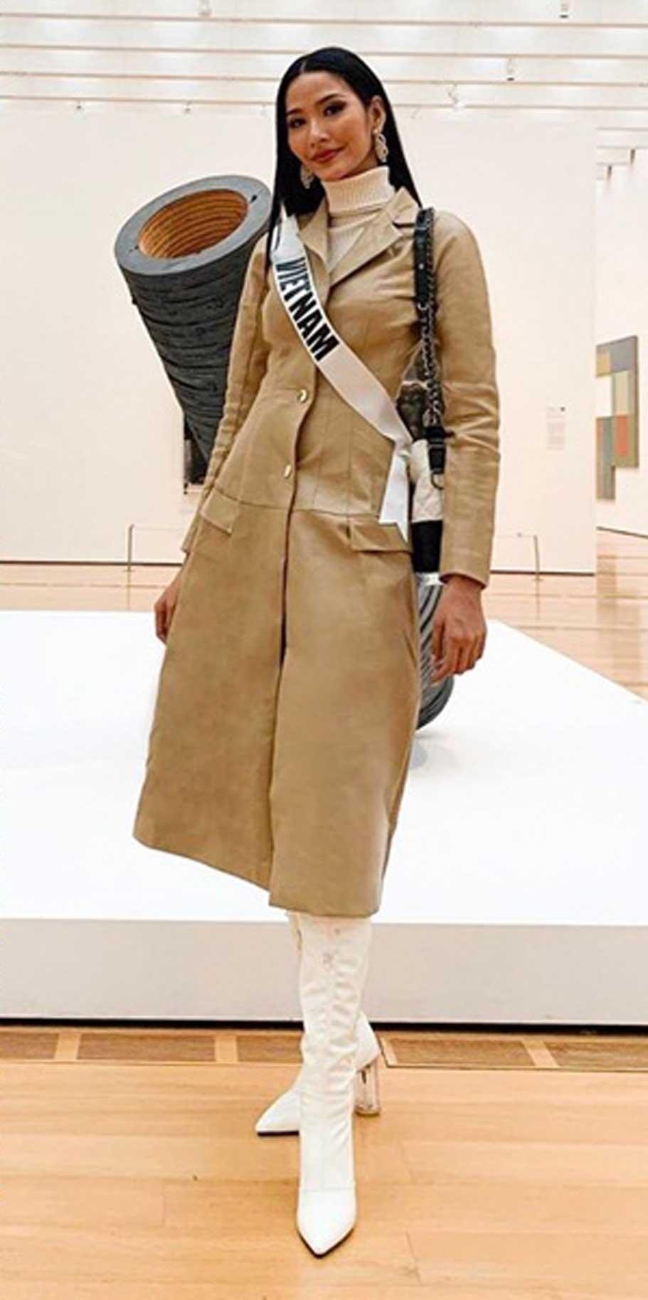 Quán quân Vietnam next's Top Model 2011 khẳng định gu thời trang hiện đại, năng động với đôi boot trăng và chiếc áo khoác màu kem.
