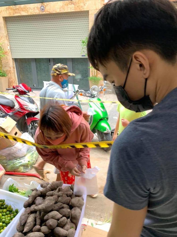 12 8 Ấm áp nghĩa tình từ Chợ Rau 0 đồng của Hoa hậu Môi trường Việt Nam