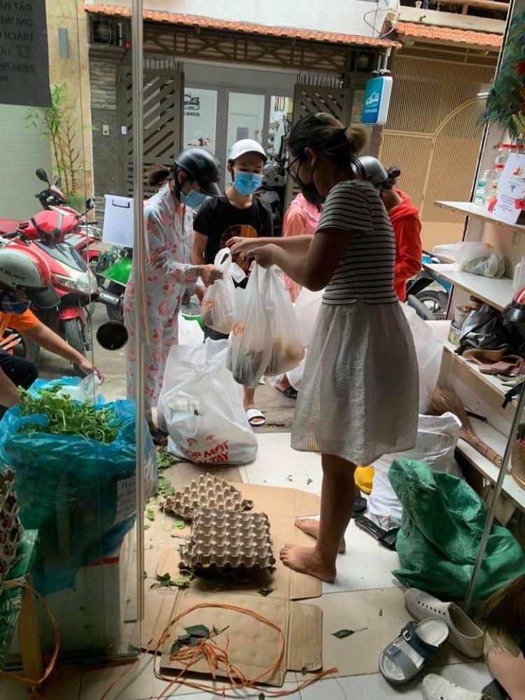 7 15 Ấm áp nghĩa tình từ Chợ Rau 0 đồng của Hoa hậu Môi trường Việt Nam